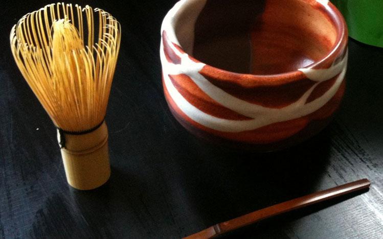 Préparation thé vert matcha